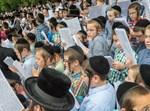 ילדים בעצרת תפילה בלונדון. אילוסטרציה