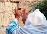 יהודי מתפלל בכותל. אילוסטרציה