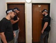 שוטרים מגיעים לבצע מעצר