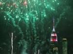 האמפייר סטטייט בילדינג בניו יורק מואר בחגיגיות לרגל יום העצמאות האמריקאי, בעוד הזיקוקים מתעופפים בשמי המטרופולין