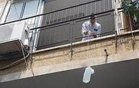 מורידים מים עם חוטים מהמרפסת בהלוויה