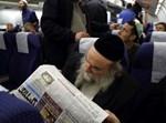 חרדי קורא עיתון בטיסה