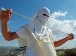 צעיר יהודי ביצהר מציג את שיטת יידוי האבנים