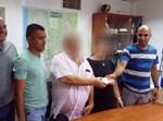 השוטרים מבשרים לתיירים על מעצר השודד ומשיבים להם חלק מהכסף