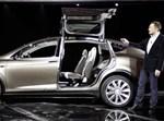 אלון מאסק והמכונית של טסלה / צילום: רויטרס