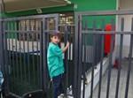 תלמיד אוהל שרה ליד השערים הנעולים