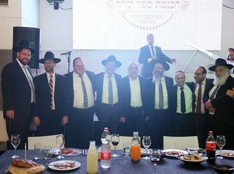 חברי המועצה ונכבדי העיר בתמונה משותפת.JPG