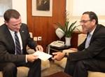 """פירון מגיש את מכתב ההתפטרות ליו""""ר הכנסת אדלשטיין. צילום: דוברות הכנסת"""