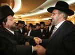 קוסטליץ רוקד עם ראש העיר הבא, יעקב אשר (צילום: יהודה פרקוביץ')