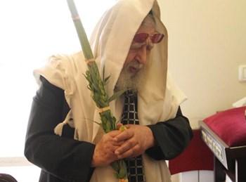 """מרן הגר""""ע יוסף זצ""""ל בנטילת לולב"""