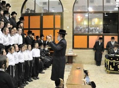 חיים בנט מנצח על מקהלת סערט ויזניץ. צילום: אהרן ברוך ליבוביץ