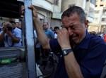 """עובד פלסטיני של אונר""""א בוכה בגלל הקיצוצים בארגון"""