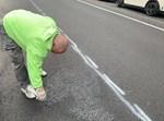עובד עירייה מנקה את צלבי הקרס