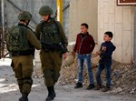 """ילדים פלסטינים לצד חיילי צה""""ל"""