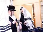 הרבי מסאדיגורה בהנחת תפילין לנין אביו
