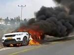 """רכב עולה באש לאחר שנפגע מבקת""""ב"""