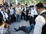 הצעיר ההיספני מוקף חסידים הממתינים להגעת המשטרה: צילום: ניו יורק פוסט