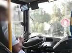 נהג אוטובוס נוהג עם טלפון ביד