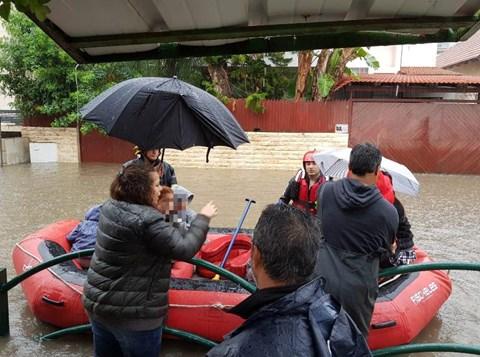 חילוץ ילדים בסירות מגן שהוצף במים