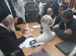 הרב זילברשטיין בוחן את המכשיר המהפכני