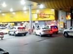 כוחות משטרה בכניסה לתחנת דלק