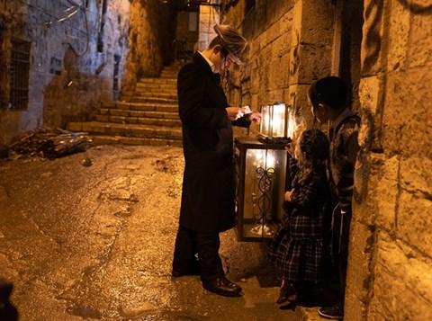 הדלקת נרות חנוכה בשכונת מאה שערים