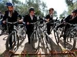 בחורים רוכבים על אופניים. אלוסטרציה