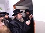 """קביעת מזוזות בת""""ת 'זרע קודש' בירושלים"""