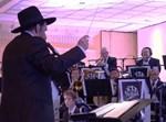 מונה רוזנבלום מנצח על תזמורת פריילך