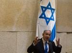 נתניהו נואם במליאה כשמאחוריו דגל ישראל