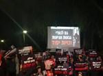 המפגינים הערב מול בית השרה