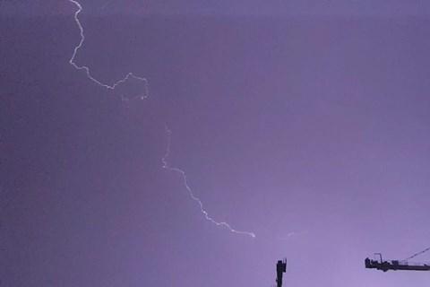 ברקים בשמי פתח תקווה