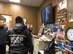 השומרים צופים במצלמות האבטחה