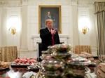 טראמפ עם חלק מהמזון שהזמין על חשבונו