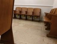 קסדות מתחת למושבים בבית הכנסת באיסטנבול