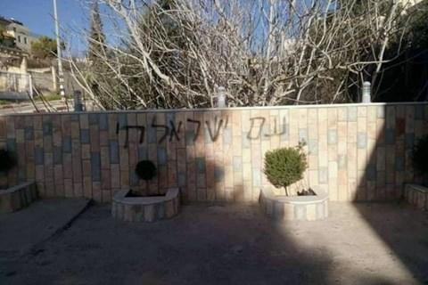 כתובת נאצה ומגיני דוד על מסגד בדיר דיבוואן