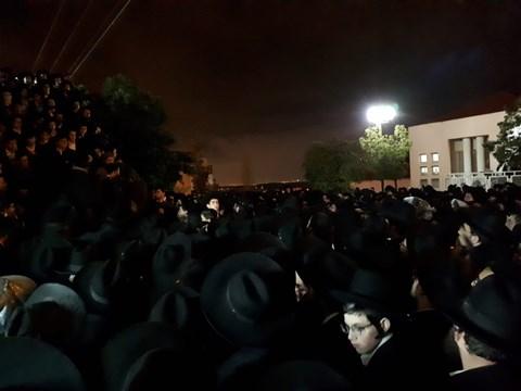 ההמונים בהלוויה הכואבת