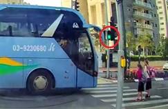 האוטובוס חוצה באור ירוק להולכי הרגל