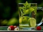 כוס מים בתוספת לימון