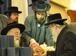 הרב אנגל מקבל רימון מהרבי מתולדות אהרן