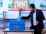 חרדי מצביע בבחירות 2015