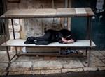 בחור שיכור ישן ברחוב
