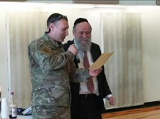 רב סרן משה שיינפלד עם המדים הצבאיים