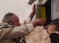 """המקובל הגר""""י עדס בקבר יוסף הצדיק"""