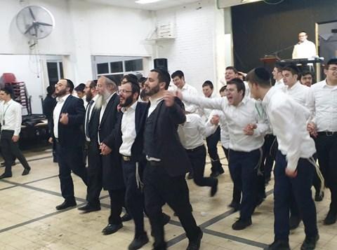בני הישיבה רוקדים בסיום הקמפיין
