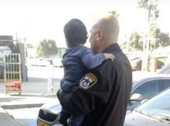פעוט שחולץ מניידת משטרה