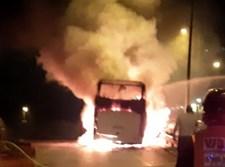 אוטובוס עולה באש