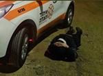 מתנדב הצלה מגונן על ראשו בעת אזעקה הערב