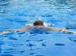 ילד שוחה בבריכה