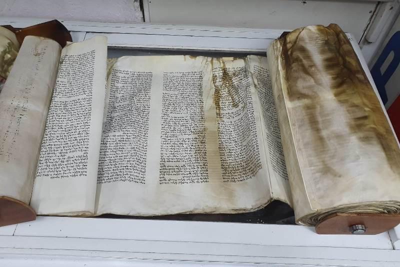 ספרי תורה עלו באש